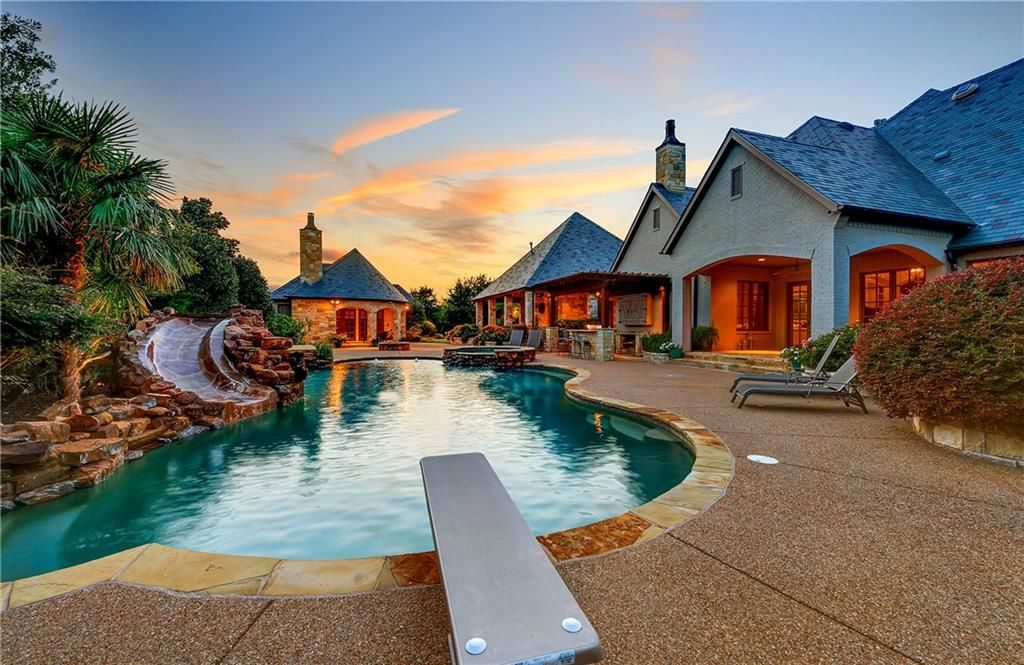 Selena Gomez is selling her Fort Worth mansion.